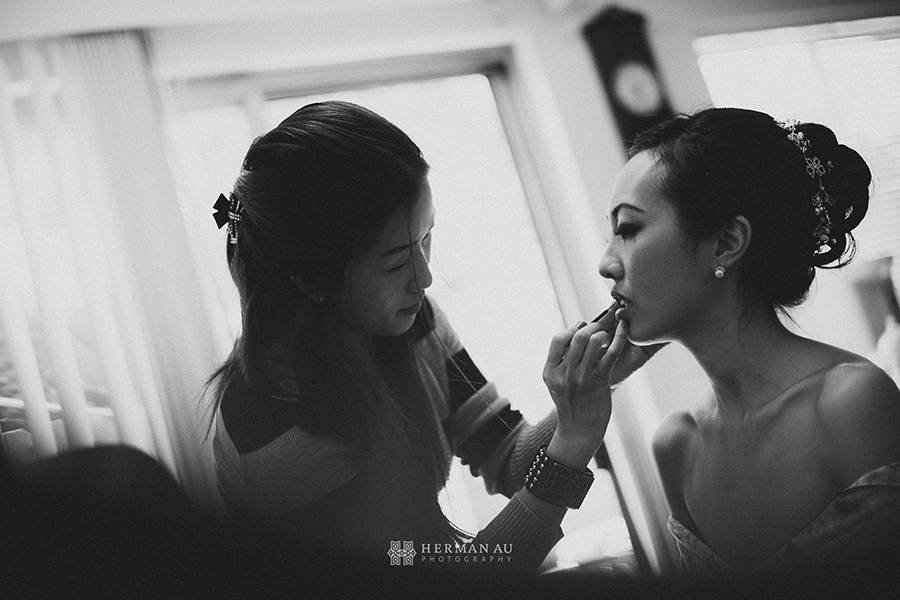 04.Bride putting on makeup